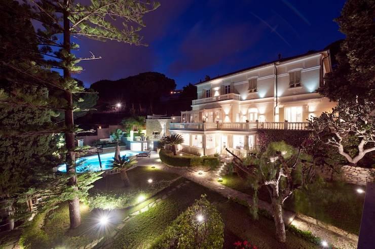 Villa Libera (Liguria Ponente): Case in stile in stile Moderno di studiodonizelli