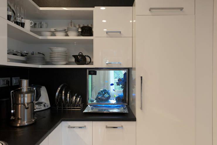 Casa Joe - cucina: Cucina in stile in stile Moderno di studiodonizelli
