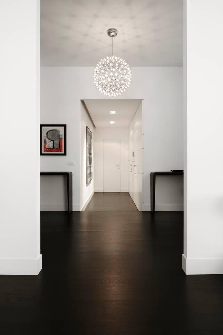 Ingresso: Ingresso & Corridoio in stile  di ANG42,