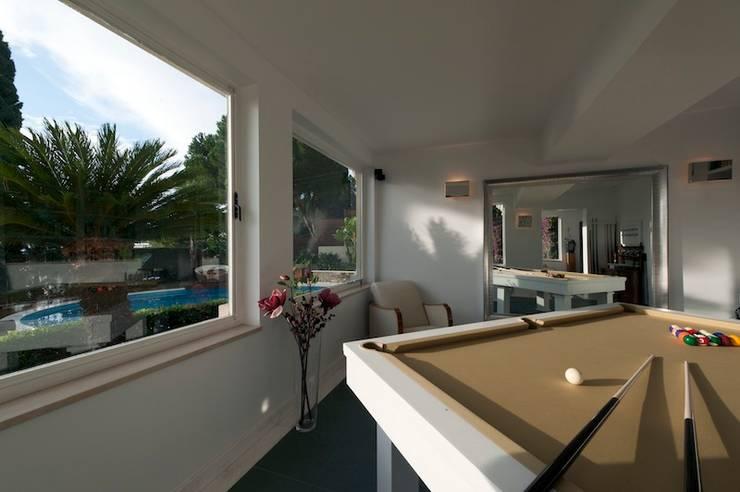 Villa Libera (Liguria Ponente): Soggiorno in stile in stile Moderno di studiodonizelli