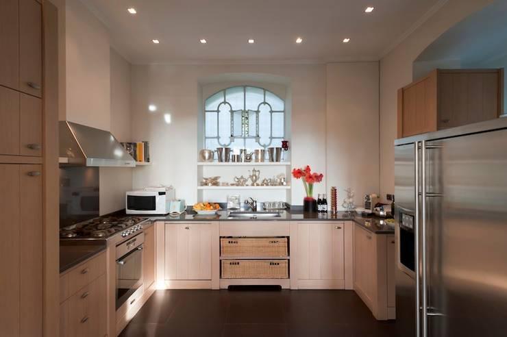 Villa Libera (Liguria Ponente): Cucina in stile in stile Moderno di studiodonizelli