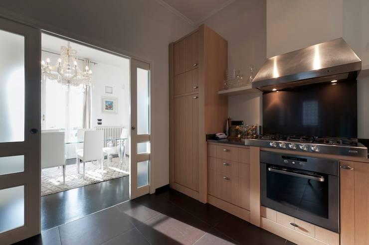 Villa Libera (Liguria Ponente): Cucina in stile  di studiodonizelli, Moderno