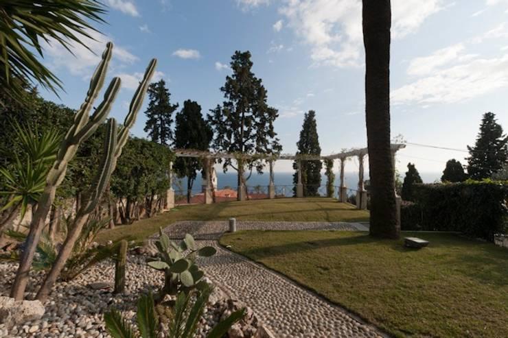 Villa Libera (Liguria Ponente): Giardino in stile  di studiodonizelli, Moderno