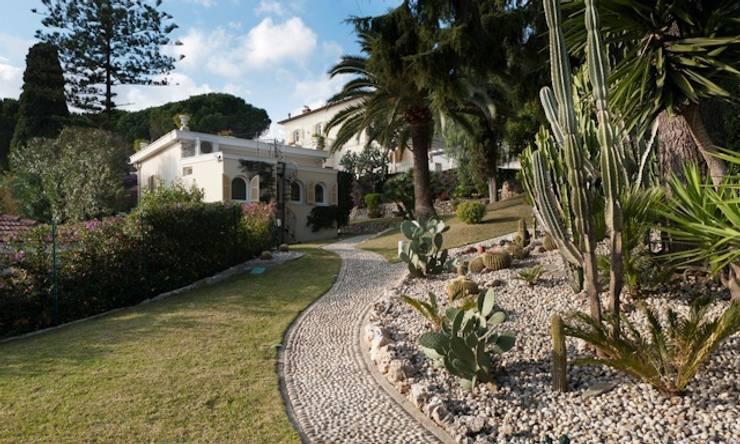 Villa Libera (Liguria Ponente): Giardino in stile in stile Moderno di studiodonizelli