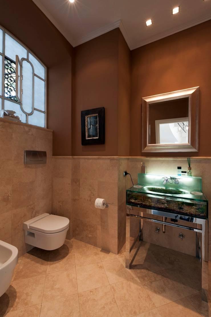 Villa Libera (Liguria Ponente): Bagno in stile  di studiodonizelli, Moderno