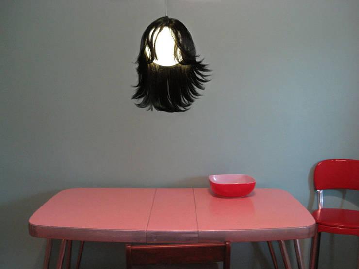 Brunette en cuisine: Maison de style  par ColineMonnier Design