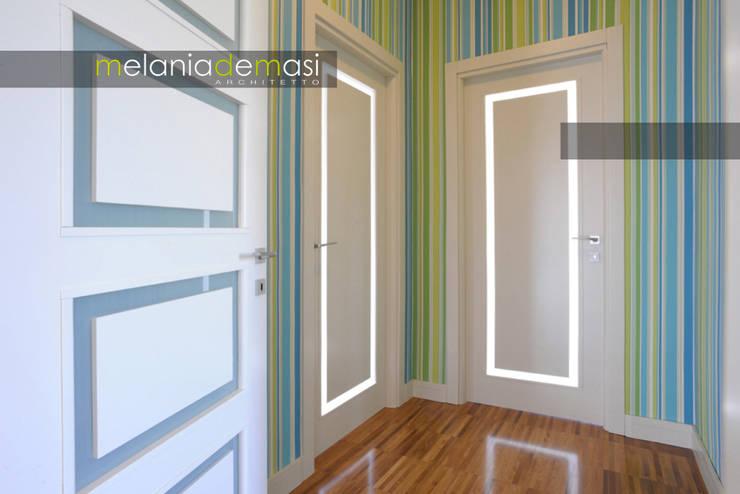 Casa Color: Ingresso & Corridoio in stile  di melania de masi architetto,
