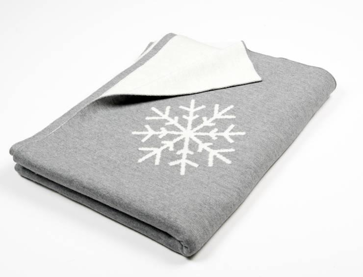 Snowflakes - Schneekristalle auf Decke: moderne Wohnzimmer von Lenz & Leif