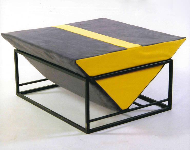 Seduta minimal-zen: Soggiorno in stile  di Anna Maria Grandi Designer