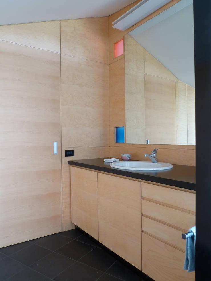 Conversione di un sottotetto non abitabile in mansarda:  in stile  di Michele Valtorta Architettura