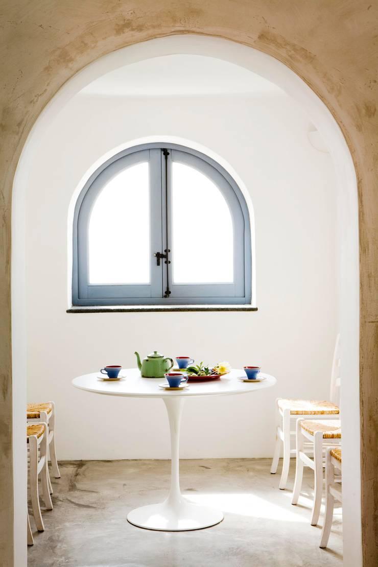 Sala da pranzo:  in stile  di Archigiano, Mediterraneo