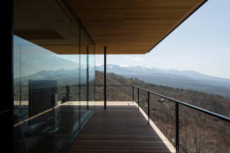 テラス_八ヶ岳を望む: 城戸崎建築研究室 / KIDOSAKI ARCHITECTS STUDIOが手掛けた家です。,モダン