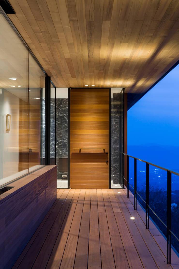 玄関_夕景: 城戸崎建築研究室 / KIDOSAKI ARCHITECTS STUDIOが手掛けた家です。,モダン
