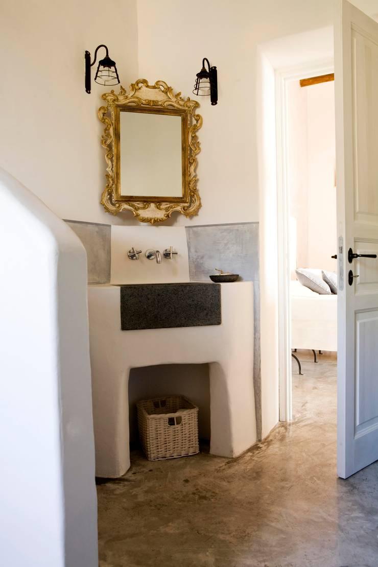 Bagno ospiti - Lavabo:  in stile  di Archigiano, Mediterraneo