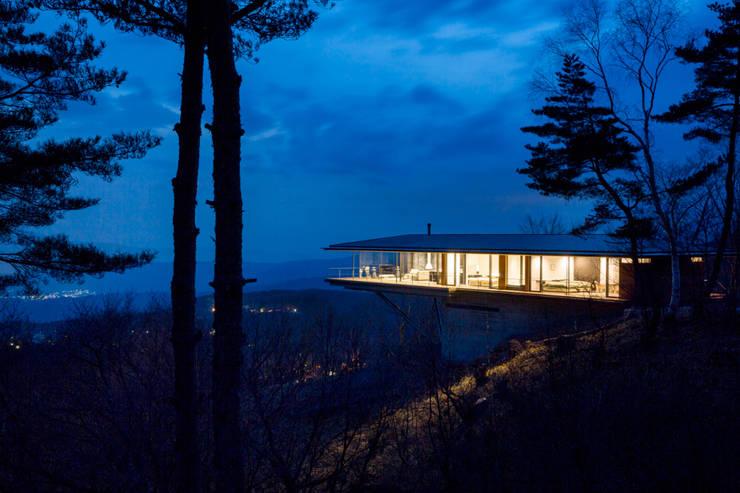 全景_夕景: 城戸崎建築研究室 / KIDOSAKI ARCHITECTS STUDIOが手掛けた家です。,モダン