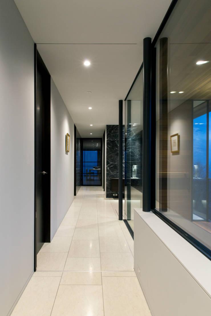 廊下: 城戸崎建築研究室 / KIDOSAKI ARCHITECTS STUDIOが手掛けた家です。,モダン