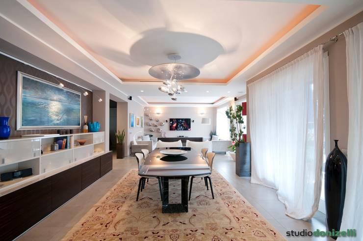 Casa Carilla - Sala pranzo: Sala da pranzo in stile in stile Moderno di studiodonizelli