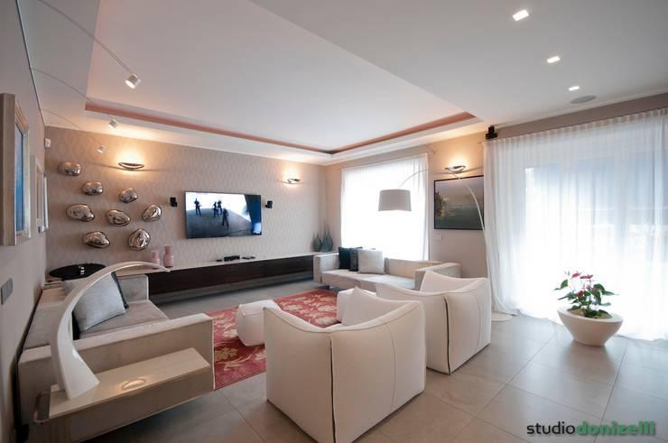 Casa Carilla - zona TV - home theatre: Soggiorno in stile in stile Moderno di studiodonizelli