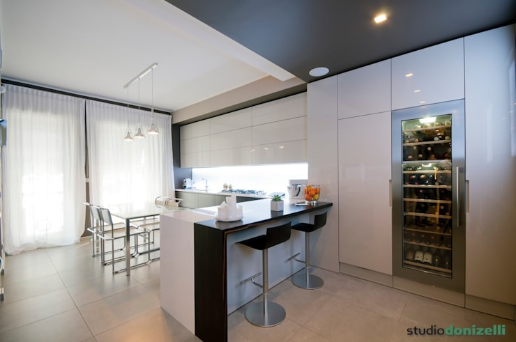 Casa Carilla - cucina: Cucina in stile in stile Moderno di studiodonizelli