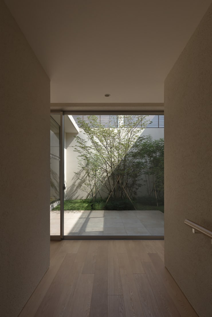 Corridor and hallway by Atelier Square, Modern