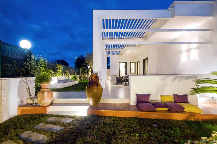 Patio notturno: Giardino in stile in stile Mediterraneo di francesco marella architetto