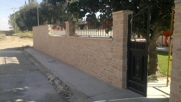 Piedra artificial: Paredes y suelos de estilo  de ARQUE PIEDRA RECONSTITUIDA SL