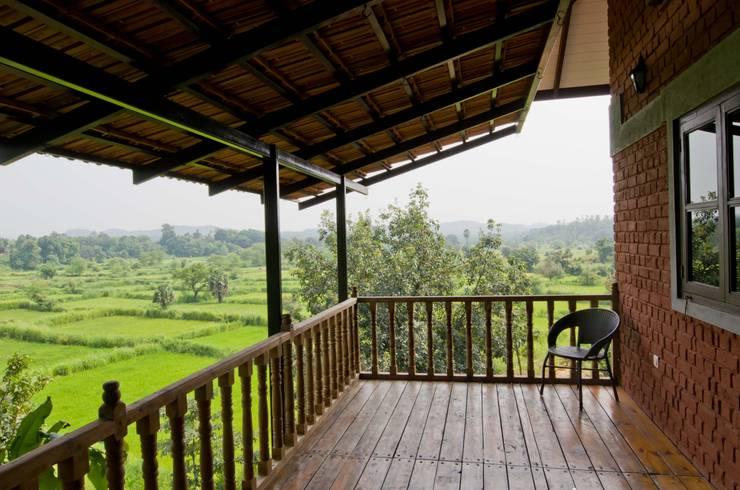 Bedroom verandah:  Terrace by M+P Architects Collaborative