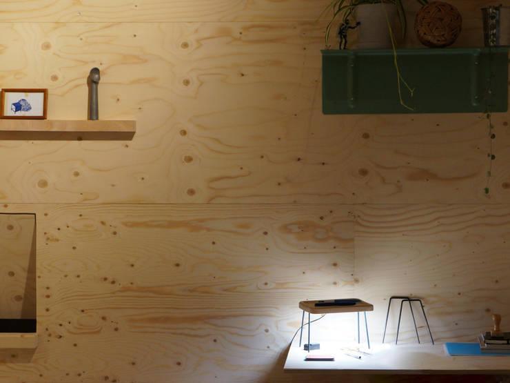 Lampe échassier: Maison de style  par Sylvain Chassériaux