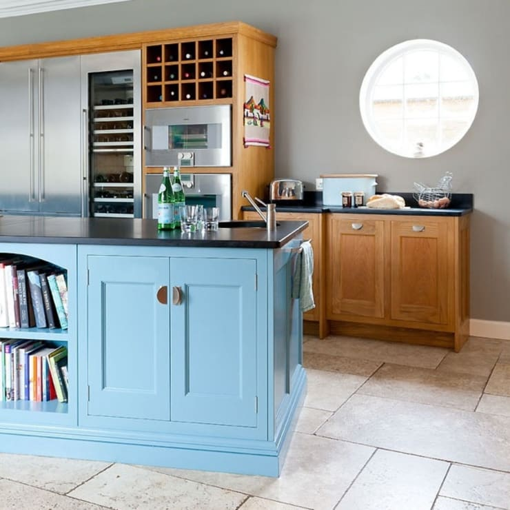 Oak and hand painted kitchen with Island:  Kitchen by Christopher Howard
