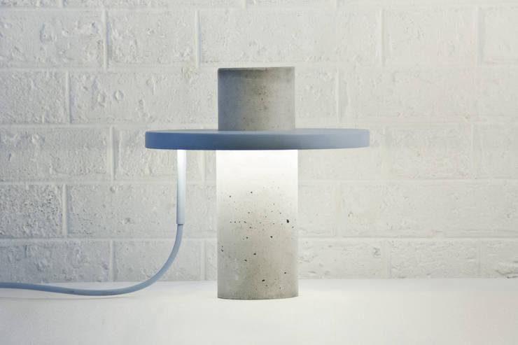 Totem Lamp by Alexandre Dubreuil Studio:  de style  par Alexandre Dubreuil
