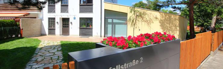 Straßenansicht mit Pflanztrog: moderne Häuser von Planungsbüro Schilling