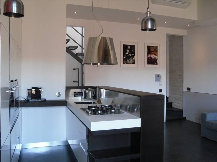 Ristrutturazione residenziale a Firenze: Sala da pranzo in stile  di de vita e fici architetti associati