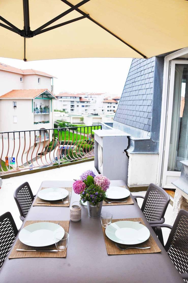 Appartement de vacances - Biarritz: Terrasse de style  par Espaces à Rêver