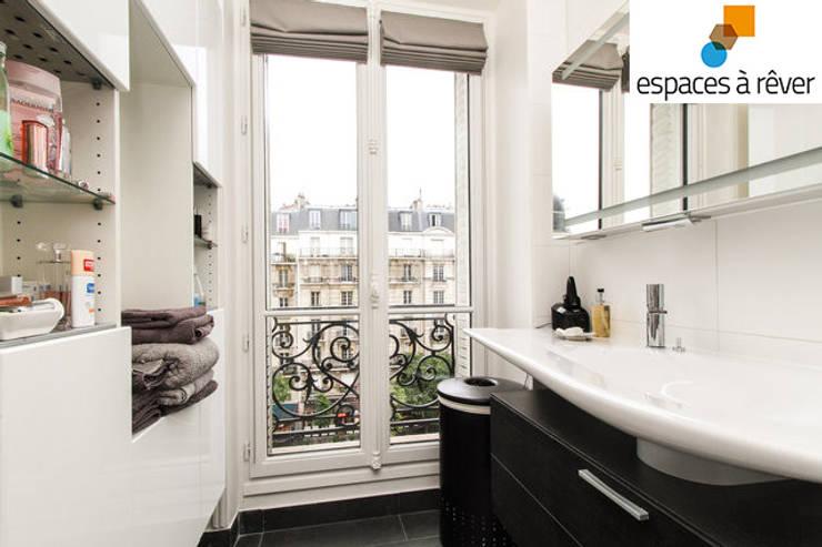 Appartement haussmanien chic – 75005: Salle de bains de style  par Espaces à Rêver