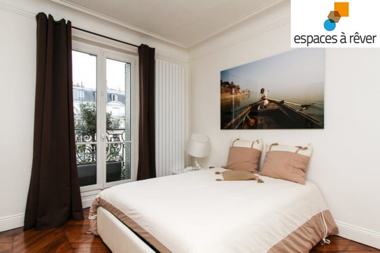 Appartement haussmanien chic – 75005: Chambre de style  par Espaces à Rêver