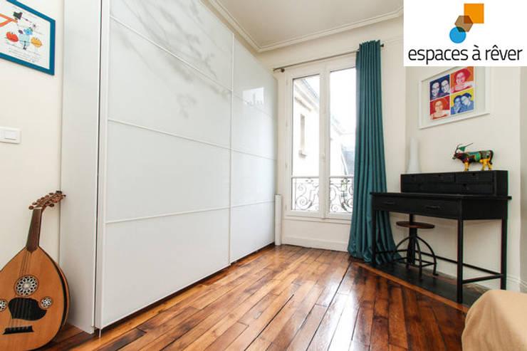Appartement haussmanien chic – 75005: Salon de style  par Espaces à Rêver