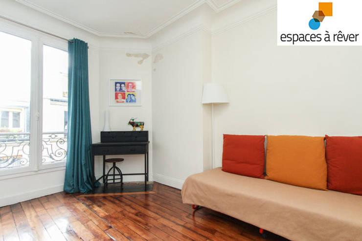 Appartement haussmanien chic - 75005: Salon de style  par Espaces à Rêver