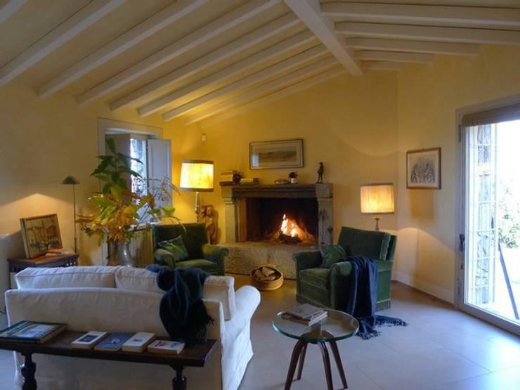 Una casa rivisitata nella campagna piacentina:  in stile  di Studio di architettura Aline D. Leroy, Mediterraneo
