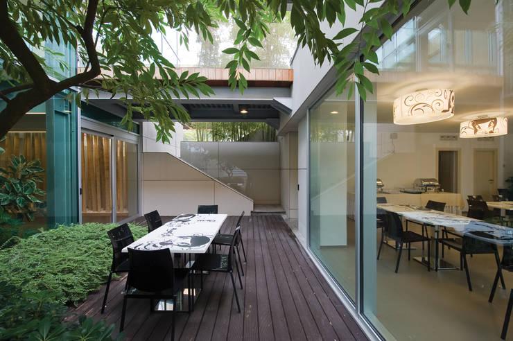 RAINBOW Imagination factory: Giardino d'inverno in stile  di Studio Bianchi Architettura