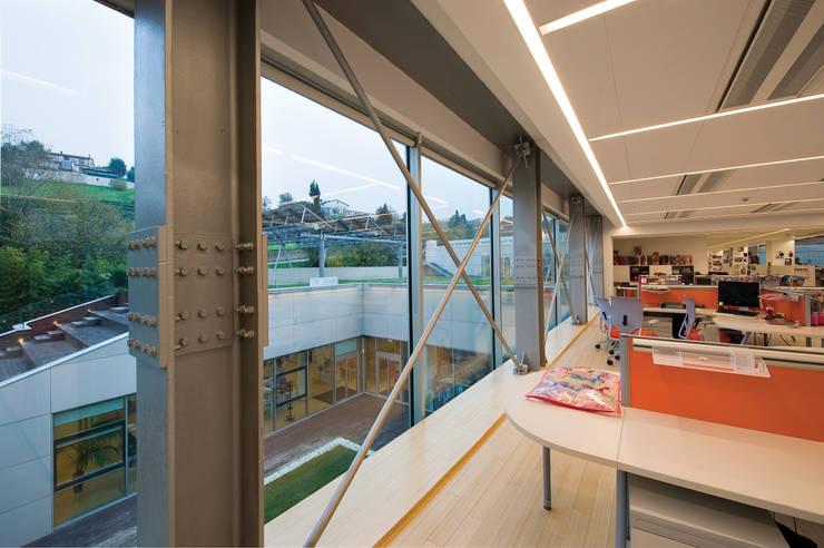 RAINBOW Imagination factory: Studio in stile  di Studio Bianchi Architettura