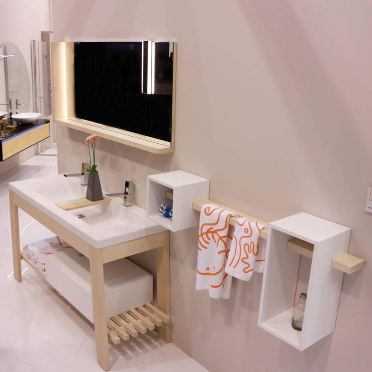 Bath Table:  in stile  di krayms A&D - Fa&Fra, Minimalista Legno massello Variopinto