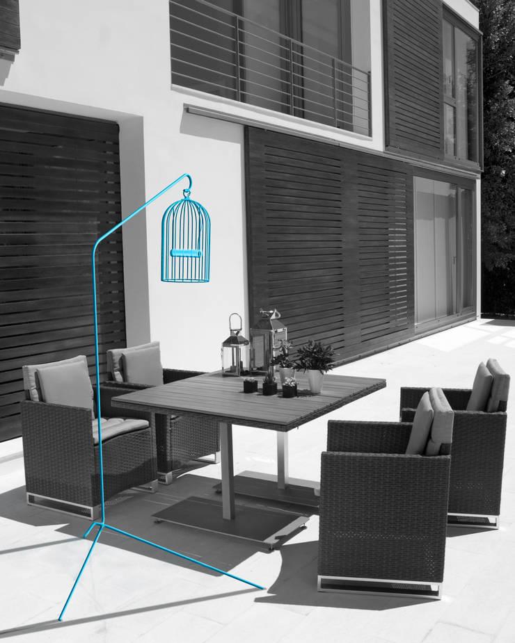 Lampe Titi : Salon de style  par THINK THINK DESIGN