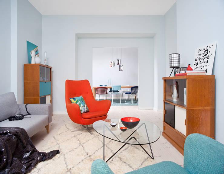 colorful mid century style living room:  Wohnzimmer von VINTAGENCY