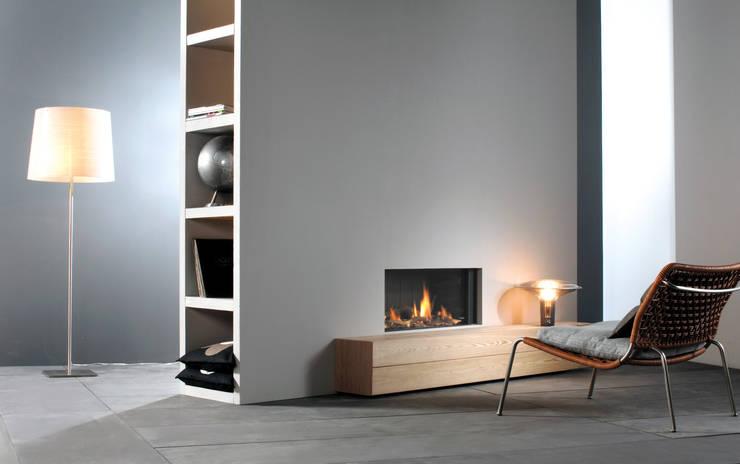 FRONTAL GLASS Caminetti di design a camera chiusa. Tiraggio a flusso bilanciato e possibilità di scarico a parete.: Casa in stile  di Dim-ora,