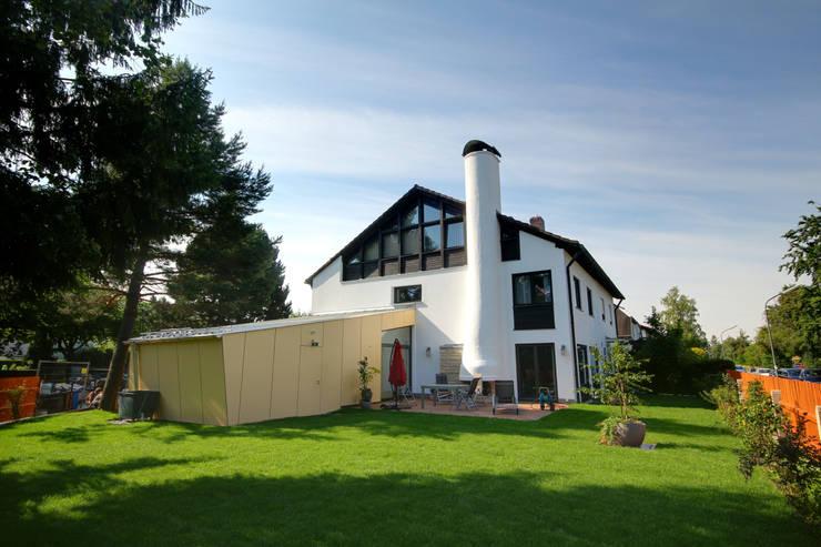 Ansicht Gartenseite: moderne Häuser von Planungsbüro Schilling