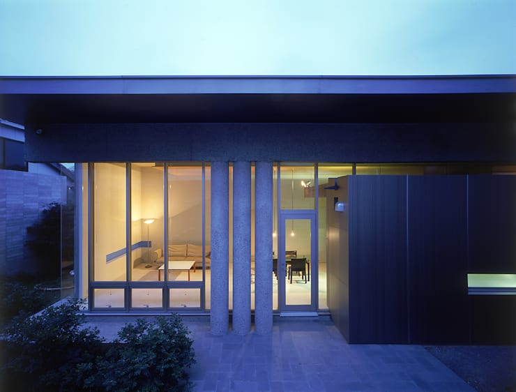 庭からリビングルームを望む: JWA,Jun Watanabe & Associatesが手掛けたベランダです。