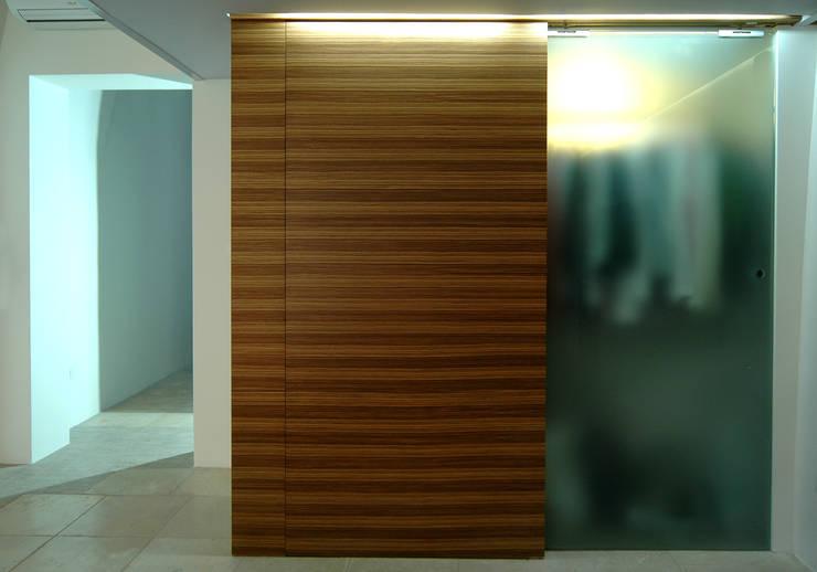 casa L: Casa in stile  di pino cimino architetto