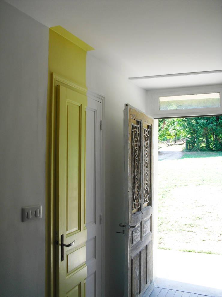 Porte jaune: Couloir et hall d'entrée de style  par Victoria Paulus