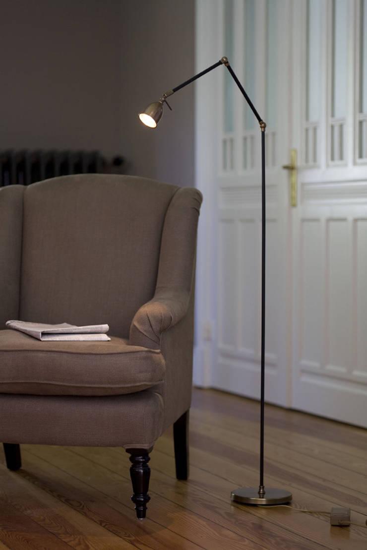 Lampadaire en laiton vieilli: Salon de style  par pneyg13810