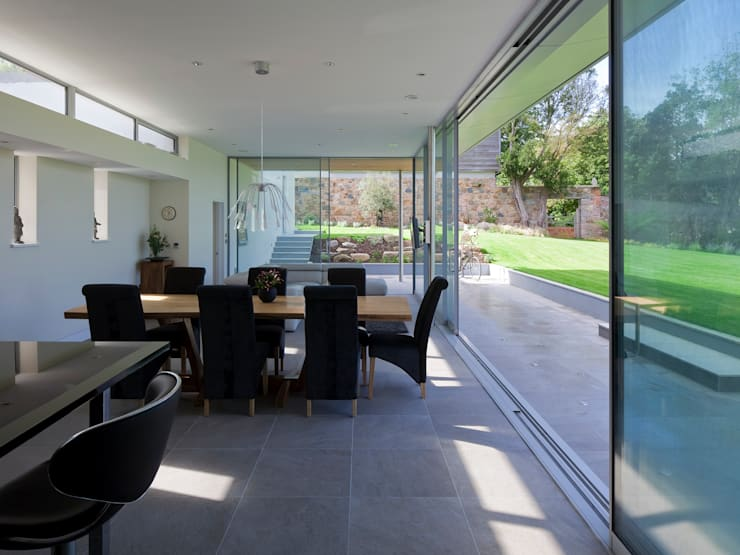 Orchard Hill:  Living room by JAMIE FALLA ARCHITECTURE